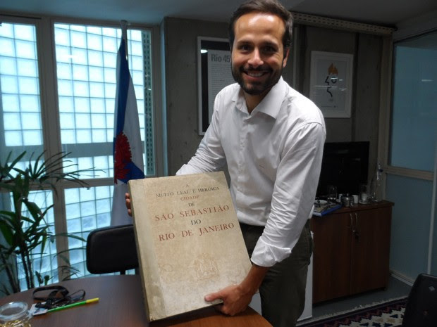 Marcelo Calero e o livro que vai ser reeditado (Foto: Lilian Quaino/G1)