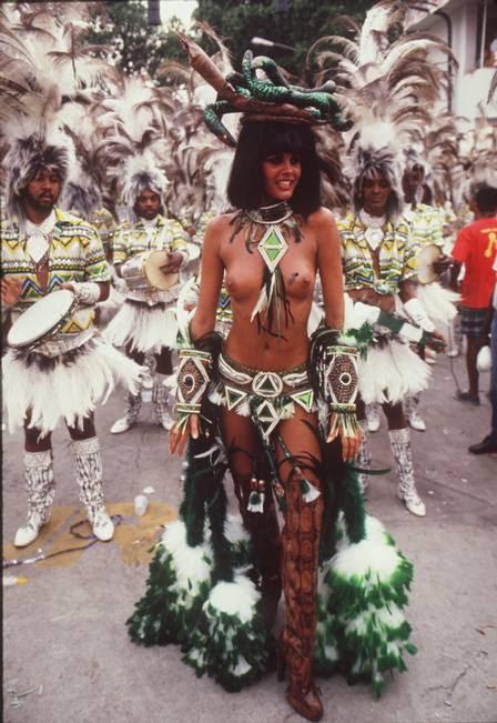 Monique, de topless, no desfile de 1987
