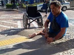Pedro, que já quebrou outras rampas na cidade, utilizou uma marreta e uma talhadeira (Foto: Dorinaldo Oliveira/Portal RAC)