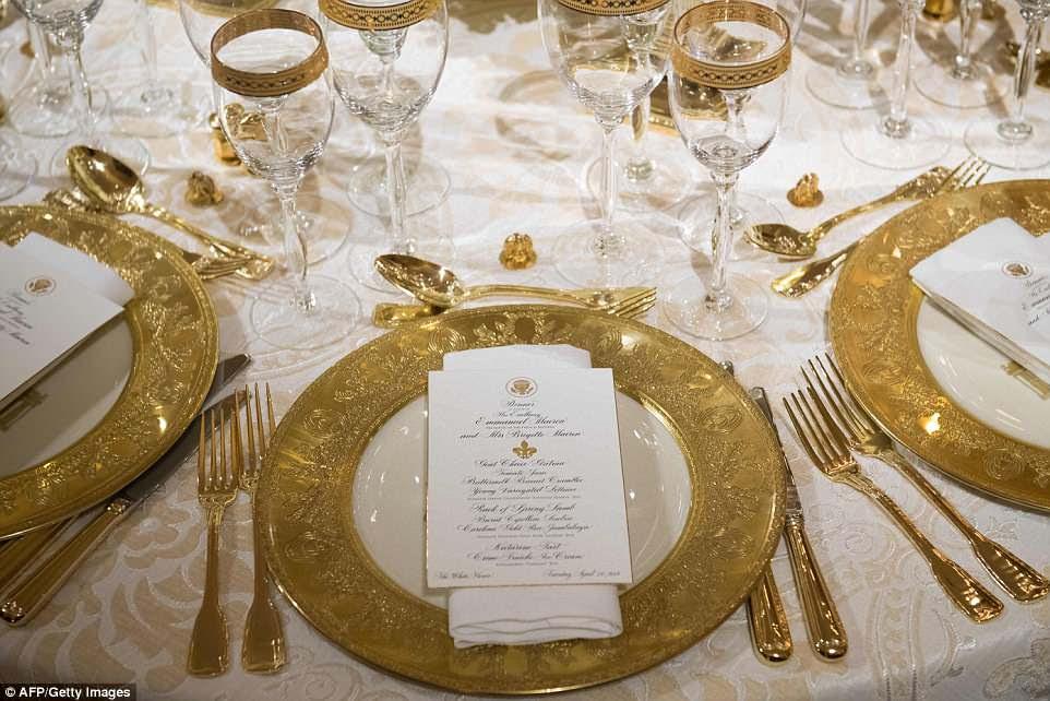 Repórteres foram brevemente autorizados a entrar na sala de jantar da Casa Branca na noite de segunda-feira para receber os projetos da primeira-dama do primeiro jantar de estado da administração Trump.