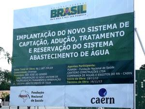 Placa na entrada da cidade de São José do Seridó, RN, mostra que obra de adutora já deveria ter sido concluída (Foto: Anderson Barbosa/G1)