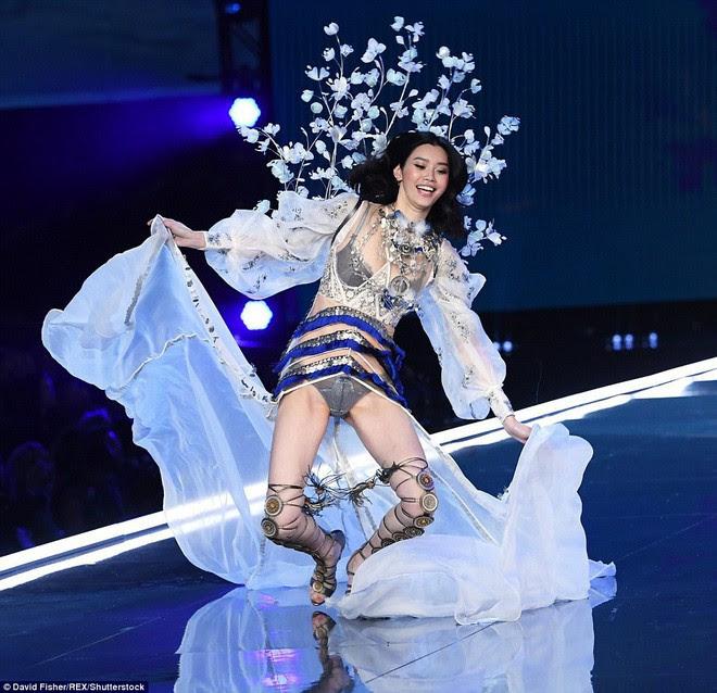 Trước Ming Xi, cũng từng có người mẫu suýt ngã hay tuột giày trong show diễn Victorias Secret - Ảnh 3.