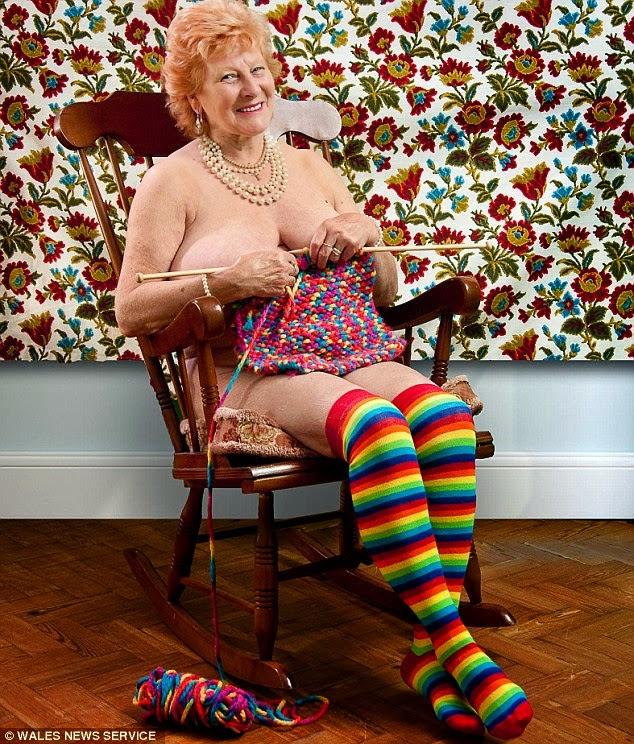 apa yang dilakukan oleh seorang nenek lanjut usia Demi Amal, 15 Nenek Ini Rela Tampil Bugil di KalenderDemi Amal, 15 Nenek Ini Rela Tampil Bugil di Kalender
