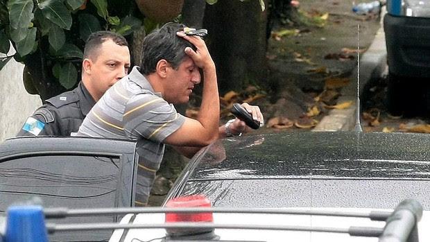 árbitro Djalma Beltrami é detido pela polícia (Foto: Bruno Gonzalez / Agência O Globo)
