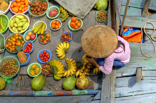 Halong Bay fruit seller por Andrew Hux