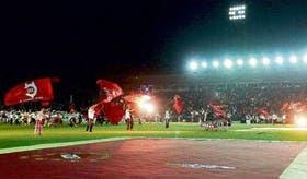 Una multitud de hinchas de Independiente, anoche, en Avellaneda