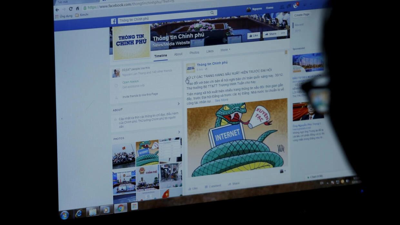 Một cư dân mạng xem cổng thông tin của chính phủ qua Facebook, Hà Nội, Việt Nam. Ảnh chụp ngày 30/12/2015.