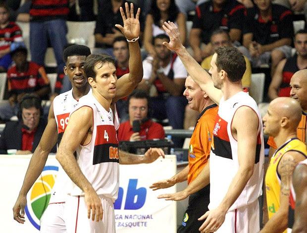 comemoração jogadores do Flamengo e São José NBB basquete (Foto: Márcio Alves / Ag. O Globo)