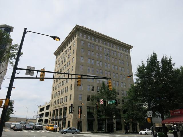 IMG_3650-2013-08-15-Glenn-Hotel-1923-by-Waddy-B-Wood-cornice-Lion-Count-full-north