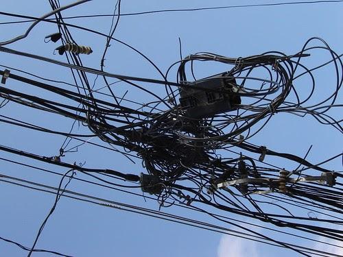 Rede elétrica clandestina traz risco à população de Pontes, em Caxias