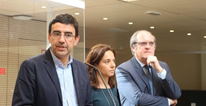 La secretaria generald el PSOE-M, Sara Hernández (c), entre el portavoz de la Comisión Gestora, Mario Jiménez (i), y el portavoz socialista en la Asamblea de Madrid, Ángel Gabilondo. E.P.