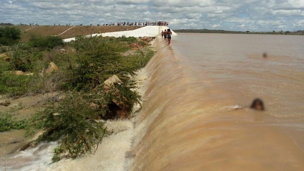 Após chuvas e rompimento de barragem, açude de Taperoá volta a sangrar no Cariri (Foto: Patrício Silva / Arquivo Pessoal)