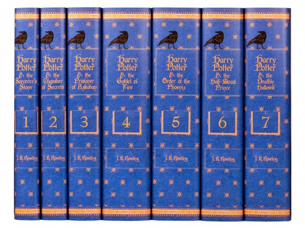Detalhe da lombada dos livros.