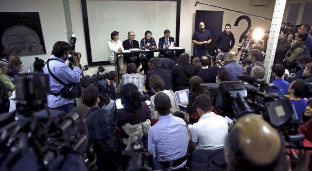 Pablo Iglesias y Carolina Bescansa este jueves, en la presentación de las propuestas económicas de Podemos, con los profesores Vicenç Navarro y Juan Torres López.EFE