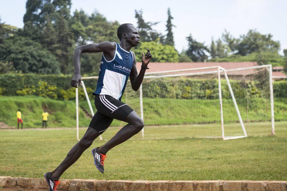 Atleta de origen sursuranés, Yiech Pur Biel, refugiado en un campamento en Kenia.