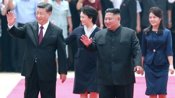 2019年6月20日,习近平与彭丽媛抵达朝鲜,金正恩与李雪主亲自到机场迎接