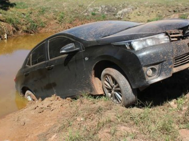 Carro caiu em lago após colidir com carneiro em estrada. (Foto: Romiporã FM/divulgação)