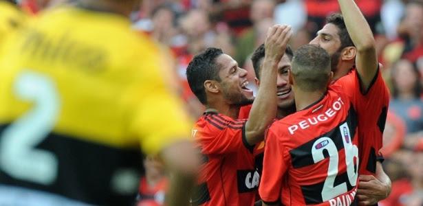 Jogadores do Flamengo comemora o segundo gol na vitória sobre o Criciúma no Maracanã