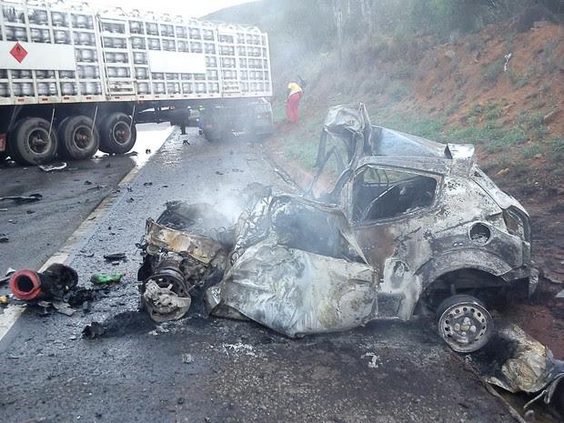 carro acidente com caminhão de gás (Foto: Divulgação/PRF)