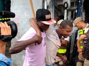 Sobrevivente é resgatado em região próxima ao Elevador Lacerda, em Salvador (Foto: Cássia Bandeira/G1)