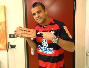 Felipe Melo com tijolinho do Flamengo (Foto: Divulgação)