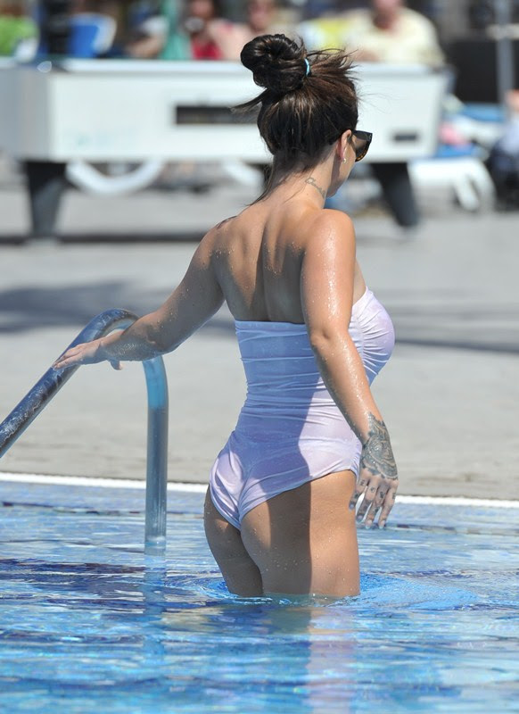 Chantelle-Connelly-See-Through-wet-swimsuit-pool-kanoni-13