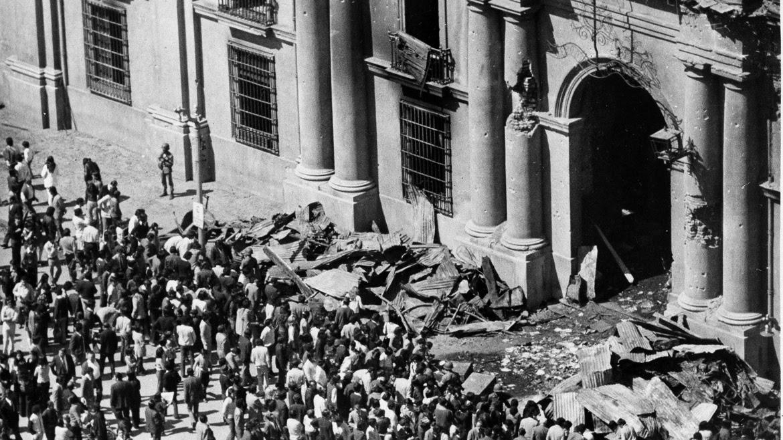 15 de septiembre de 1973. Cuatro días después del Golpe Militar, decenas de chilenos se acercan a La Moneda para ver el estado en que ha quedado tras los bombardeos.