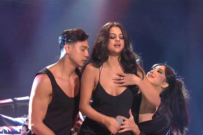 Selena Gomez – Performance on Saturday Night Live in NY