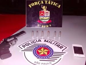 Arma apreendida em baile funk em Taubaté (Foto: Polícia Militar)