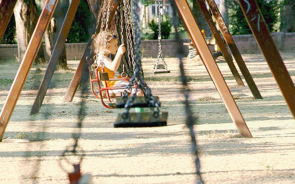 Για ένα μοναχοπαίδι που βρίσκεται στην Αθήνα το καλοκαίρι δίχως φίλους, η παιδική χαρά μπορεί να γίνει «καταφύγιο».