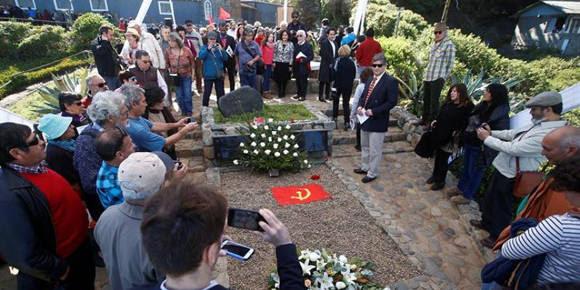 Personas visitan la tumba del poeta chileno Pablo Neruda durante un homenaje, en su casa museo en Isla Negra. Foto: EFE