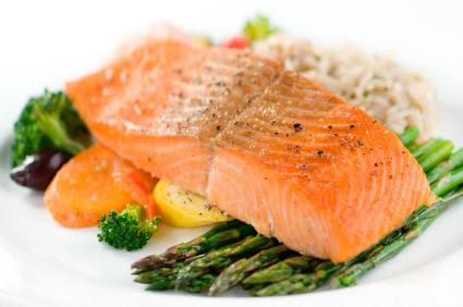 写真:魚を食べる