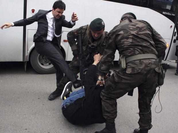Yusul Yerkel, assessor do primeiro-ministro da Turquia, Tayyip Erdogan, chuta manifestante durante protesto em frente a mina que desabou soterrando centenas de trabalhadores em Soma (Foto: Mehmet Emin Al/Depo Photos/Reuters)