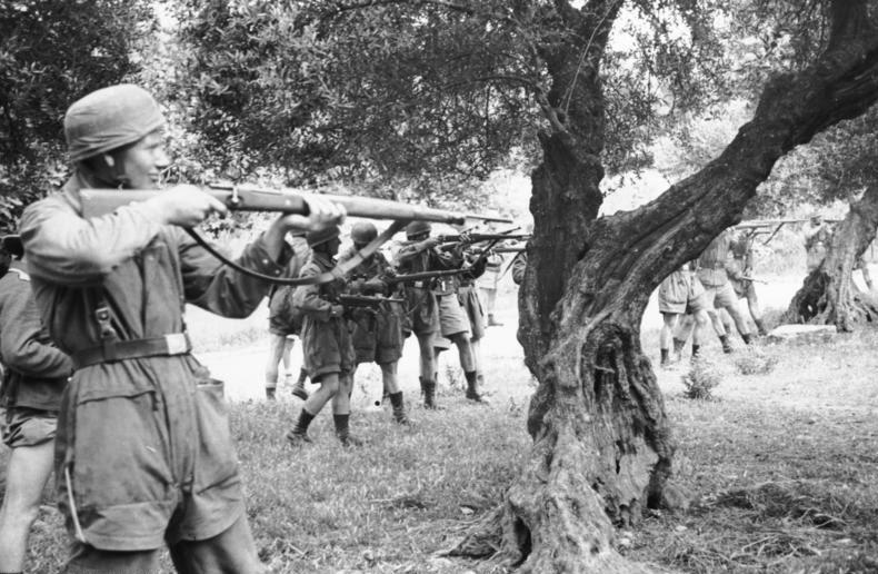 File:Bundesarchiv Bild 101I-166-0525-39,  Kreta, Kondomari,  Erschießung von Zivilisten.jpg