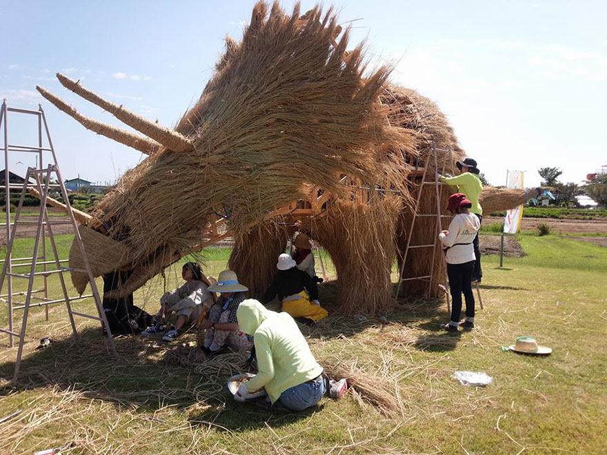 dinosaur-straw-sculptures-wara-art-festival-niigata-japan-6