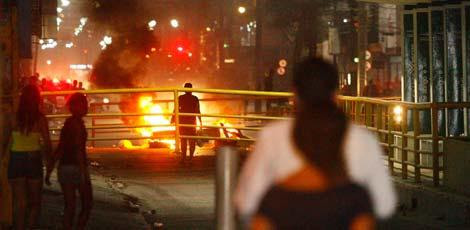 Manifestantes atearam fogo em pneus e entulhos, bloqueando a avenida / Foto: Ricardo B. Labastier/JC Imagem