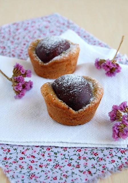 Plum burnt-butter pistachio cakes / Bolinhos de pistache, manteiga queimada e ameixa