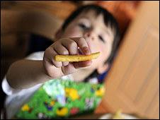 Niño comiendo papas fritas