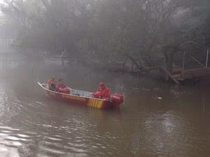 Bombeiros buscam dois desaparecidos no Rio Tibagi, na região central do Paraná (Foto: Vanessa Rumor/RPC Ponta Grossa)