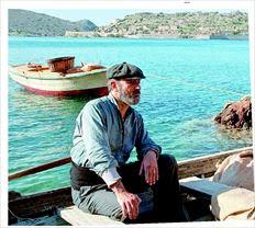 Ο Στέλιος Μάινας στον ρόλο  του Γιώργη που µε τη βάρκα του περνάει τους λεπρούς στη Σπιναλόγκα, «και  εκτός από τους άλλους η  µοίρα µου επιφυλάασσει  να µεταφέρω γυναίκα και  κόρη», όπως λέει στα «ΝΕΑ»,  σε σκηνή από τη σειρά «Το  Νησί» του Μega