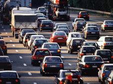 Voitures dans une autoroute