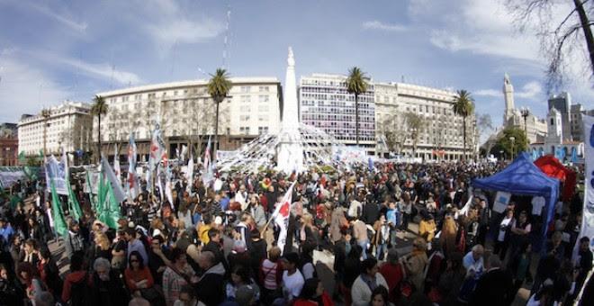 Una multitud acompaña a las Madres de Plaza de Mayo en su marcha número 2.000. NODAL