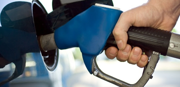 midia-indoor-carro-automovel-gas-oleo-abastecer-alcool-gasolina-viagem-viajar-automovel-custo-preco-valor-economia-despesa-refinaria-combustivel-mangueira-posto-poluicao-1271281423034_615x300