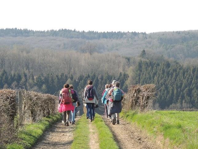 Elles marchent, ils marchent : nous marchons vers Pâques.
