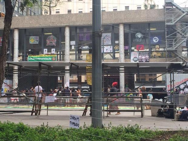 Agentes da PF cercam Palácio Gustavo Capanema no Centro do Rio (Foto: Cristina Boeckel / G1)