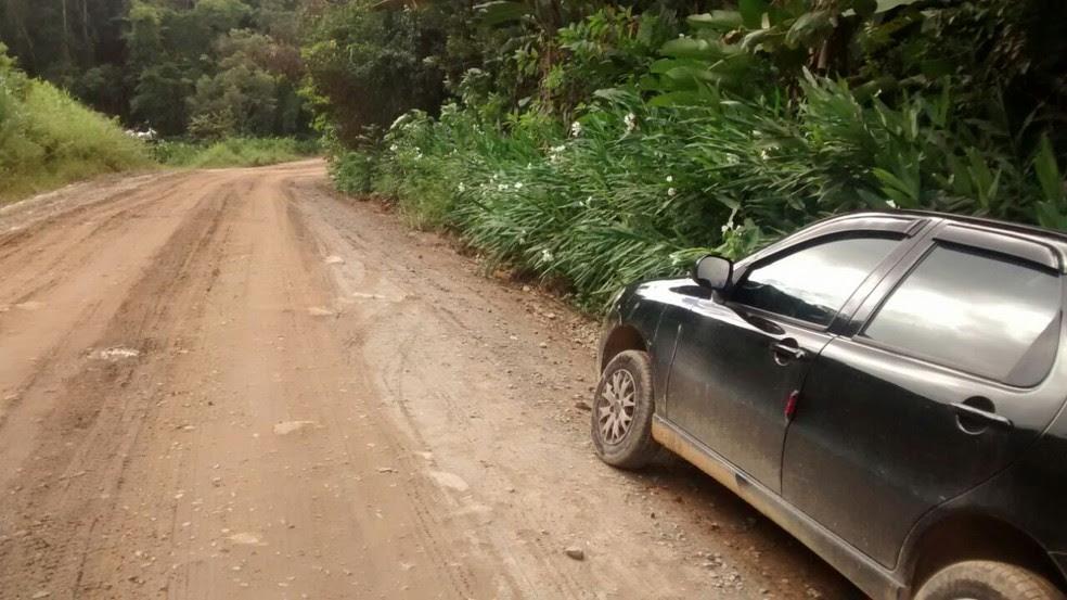 Carro estava em uma estrada na área rural de Peruíbe, SP (Foto: G1 )