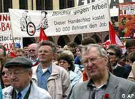 На 1 май 2002 германски синдикати протистират в Лайпциг срещу съкращенията и безработицата