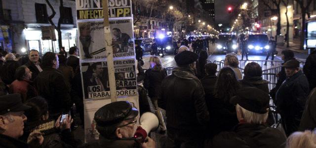 Alrededor de un millar de personas se concentraron este viernes en Madrid en contra de los supuestos casos de corrupción que asendian al partido del Gobierno.