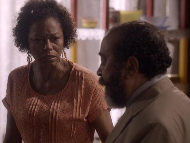 Bete tá esperta! A mãe de Sol desconfia do rádio de Simplício... (Foto: Tv Globo)