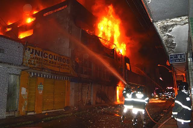 Incêndio de grandes proporções atinge lojas do centro comercial de Feira de Santana